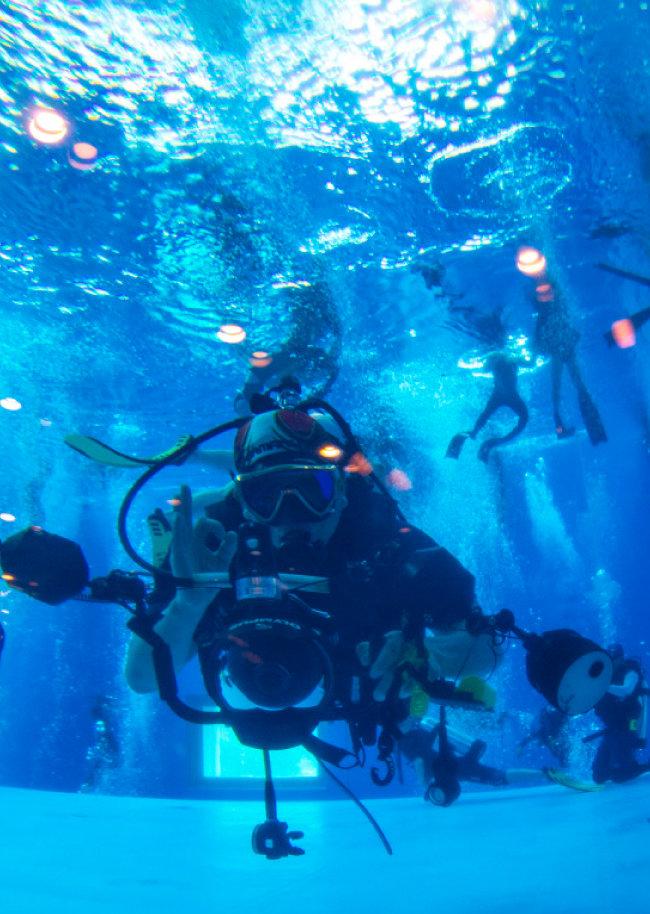 수중촬영을 위해 카메라를 든 잠수부.