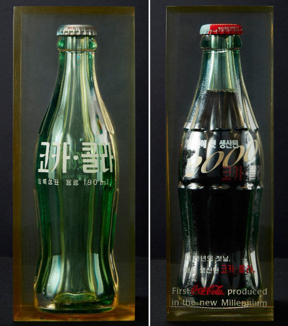 2000년 밀레니엄을 기념해 제작된 코카콜라.  유리병에 2000이라는 숫자와 '새천년의 첫날, 처음 생산된 코카콜라'라는 문장이 쓰여 있다.