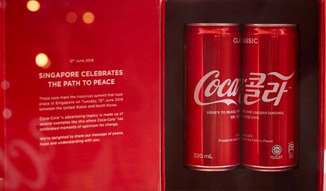 2018년 싱가포르 북·미 정상회담을 기념해 한정 판매된 코카콜라 캔. 제품명을 'Coca 콜라'라고 한글과 영어를 섞어 적었다. 캔 중앙에는 '평화, 희망, 배려를 위하여'라는 문장이 한국어와 영어로 각각 쓰여 있다.
