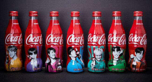 방탄소년단 멤버 7명의 초상을 넣어 제작한 코카콜라 알루미늄 보틀.