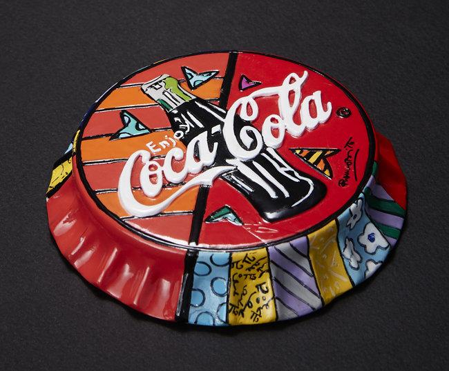 팝아티스트 로메로 브리토가 코카콜라 병뚜껑 모양으로 제작한 작품.