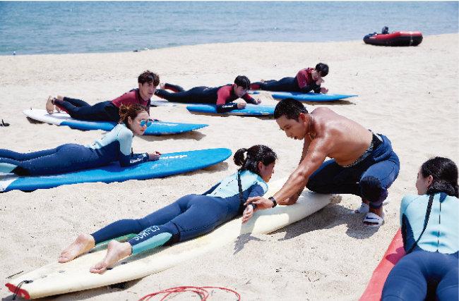 강릉시 옥계면 금진해변에서 서핑 강습을 받는 사람들.