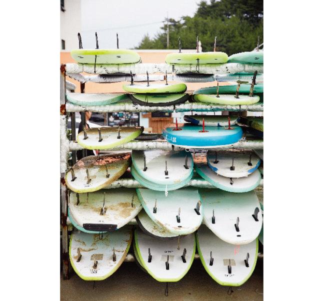 양양군 현남면 죽도해변에 쌓여 있는 서핑보드.