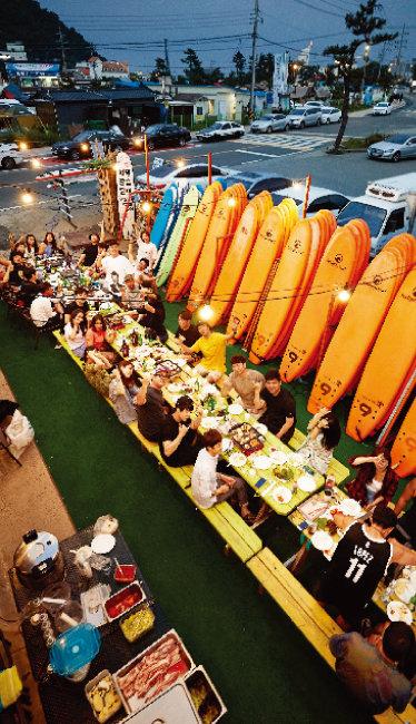 서핑을 끝낸 후 파티를 즐기는 사람들.