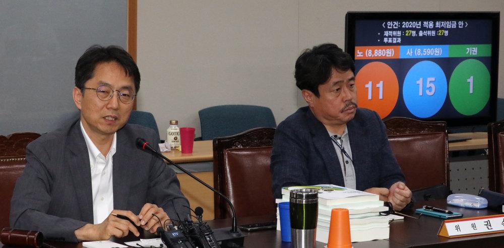 박준식 최저임금위원회 위원장(왼쪽)이 7월 12일 정부세종청사 고용노동부 전원회의장에서 내년도 최저임금을 8590원으로 결정한 데 대해 브리핑을 하고 있다. [뉴스1]