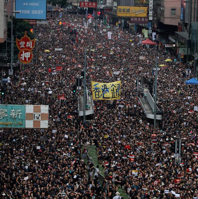 6월 16일 홍콩 거리에 운집한 시위대. [AP=뉴시스]