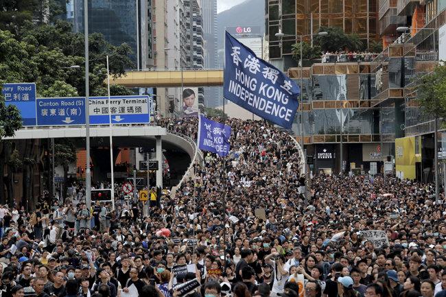 7월 7일 홍콩 일대 시위에서 '홍콩 독립'이라 적힌 깃발이 펄럭이고 있다. [AP=뉴시스]
