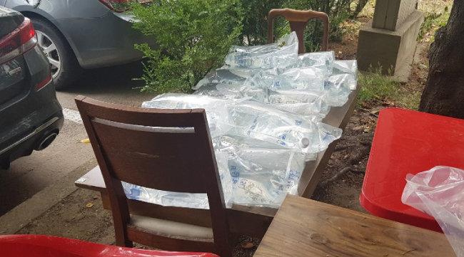 6월 28일 문래동 남성아파트 화단에 5L 용량의 '비상급수' 봉투가 쌓여 있다. [정보라 기자]