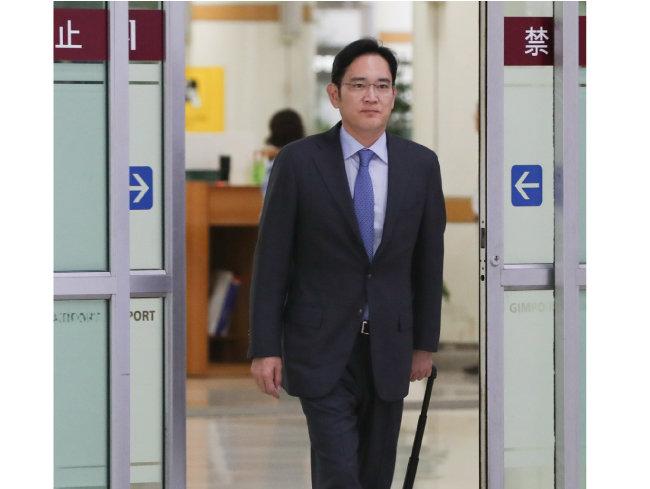 이재용 삼성전자 부회장이 일본 출장을 마치고 7월 12일 서울 강서구 김포국제공항에 도착하고 있다. [뉴스1]