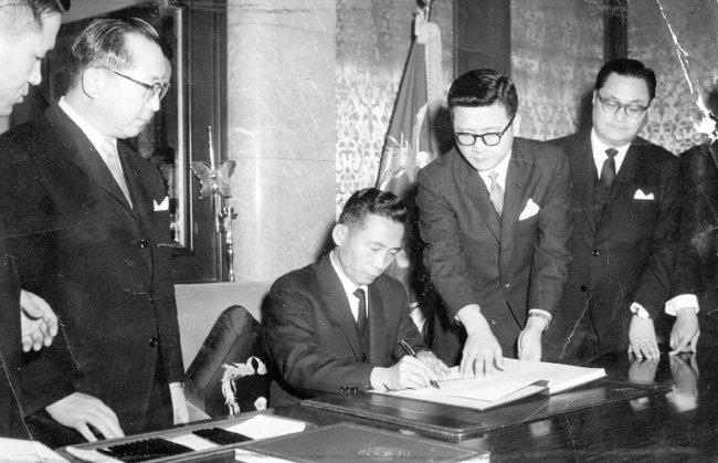 1965년 6월 22일 한일협정 문서에 서명하는 박정희 당시 대통령. [동아일보]