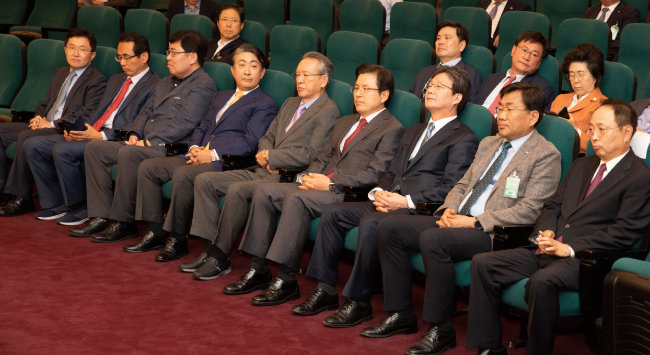 6월 10일 서울 여의도 국회도서관에서 열린 '평등의 역습' 북콘서트 행사에 참석한 황교안 자유한국당 대표(오른쪽에서 네 번째)와 유승민 바른미래당 의원(오른쪽에서 세 번째). [박해윤 기자]