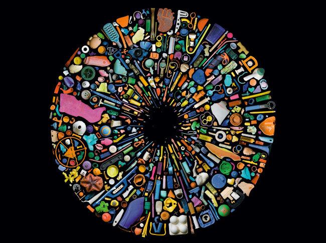 플라스틱의 역습 사진작가 맨디 바커가 바다와 새의 위장에서 수거한 플라스틱 쓰레기를 사용해 만든 이 작품으로 지구를 오염시키는 플라스틱 쓰레기의 심각성을 알린다.
