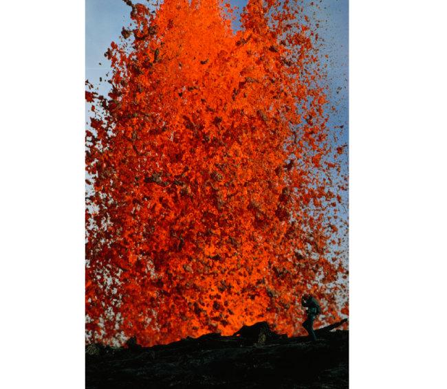 미국 하와이주 킬라우에아 화산의 분화구 풍경을 담은 작품.