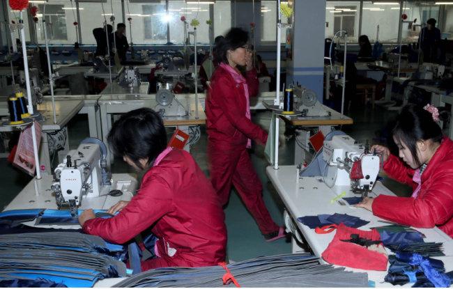 중국에서 일하는 북한 노동자들. [뉴스1]