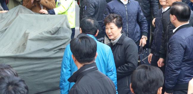 박근혜 대통령이 2016년 12월 1일 대형 화재로 큰 피해를 본 대구 서문시장을 방문해 김영오 서문시장 상인회장과 함께 피해 현장을 둘러보고 있다. [뉴시스]