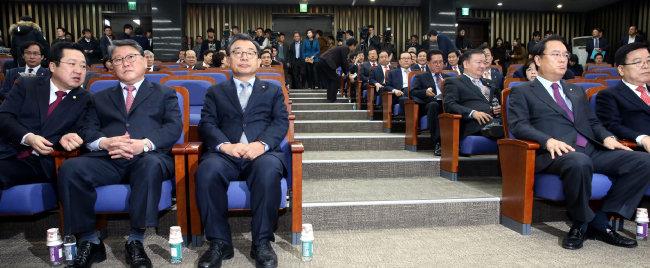 2016년 12월 2일 이정현 대표와 정진석 원내대표 등이 참석한 가운데 새누리당 의원총회가 열렸다. [최혁중 동아일보 기자]