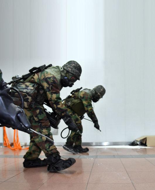 5월 '2019 을지태극연습'의 하나로 열린 독가스 테러·화재 대응훈련에 참가한 군 화생방 요원들이 제독작업을 하고 있다. [뉴시스]
