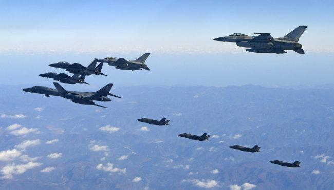 지난해 12월 6일 한미연합 공중훈련인 비질런트 에이스에 참가한 미국 전략폭격기 B-1B 랜서(왼쪽)와 미국 F-35A, 한국 F-15K 전투기들. [공군 제공]