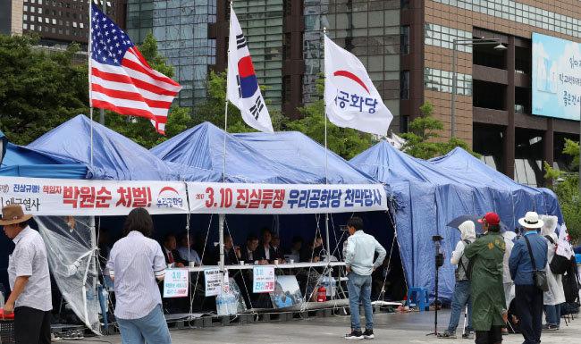 7월 11일 서울 세종대로 광화문광장에 우리공화당이 설치한 천막이 보인다. 서울시는 우리공화당에 7월 10일 오후 6시까지 광화문광장에 설치한 천막을 자진 철거하라며 2차 계고장을 보낸 바 있다. [뉴스1]