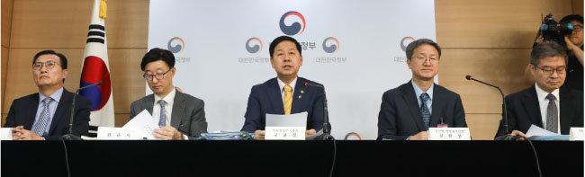 구윤철 기획재정부 2차관(가운데) 등 평가 관계자들이 6월 20일 128개 공공기관을 대상으로 한 '2018 공공기관 경영실적 평가' 결과를 발표했다. [뉴스1]