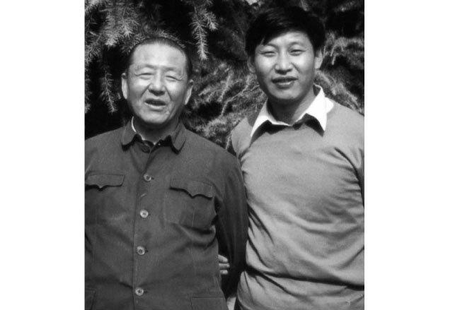 1980년대의 아버지 시중쉰과 시진핑 중국 국가주석. [지식의 숲 제공]