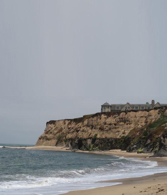 미국 캘리포니아 리츠칼튼 하프문베이 호텔 전경. 중세 고성처럼 서 있는 호텔 아래 절벽을 따라 해변이 이어진다.