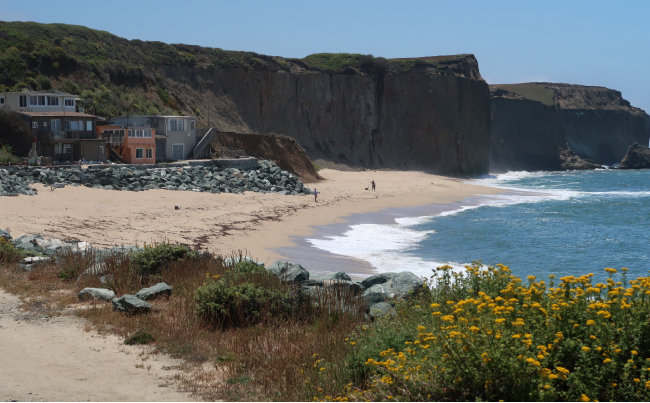 미국 실리콘밸리 억만장자 사업가가 마을 전체를 사들인 뒤 해변 통행을 차단해 소송이 이어졌던 캘리포니아 마틴스비치 전경.