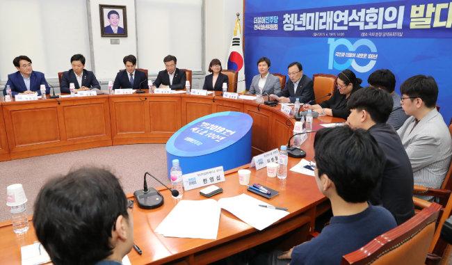 이해찬 더불어민주당 대표(가운데)가 6월 19일 서울 여의도 국회에서 열린 청년미래연석회의 발대식에서 모두 발언하고 있다. [뉴스1]
