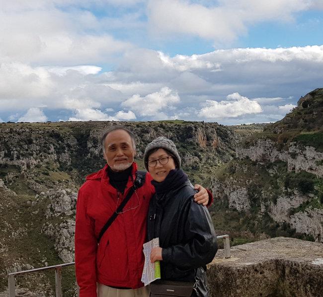 올해 '유럽 문화 수도'로 선정된  이탈리아 마테라를 방문한 김영화 교수(오른쪽) 부부. [사진제공·김영화]
