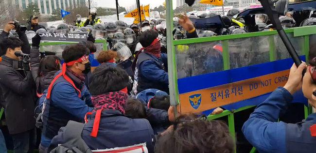 4월 3일 국회 앞에서 안전펜스를 뚫고 경찰과 대치 중인 민주노총  노조원들. [남건우 동아일보 기자]