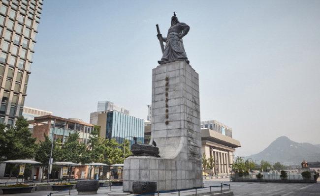 50년 넘게 서울 세종로를 지키고 있는 충무공 이순신 장군 동상. [한국관광공사 제공]