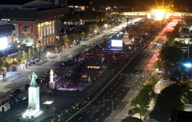 2017년 10월 28일 오후 서울 광화문광장에서 촛불집회 1주년 기념대회 '촛불은 계속된다'가 열리고 있다. [최혁중 동아일보 기자]