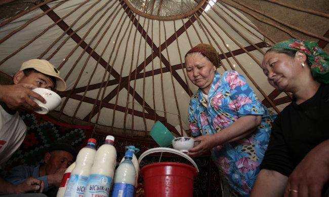 몽골인들이 '나이주'를 마시고 있다. [shutterstock]