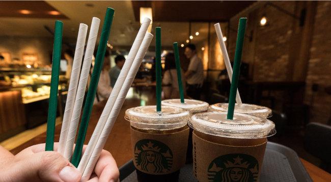 스타벅스커피 코리아는 최근 고객에게 일회용 플라스틱 빨대 대신 종이 빨대를 제공하고 있다. [뉴스1]