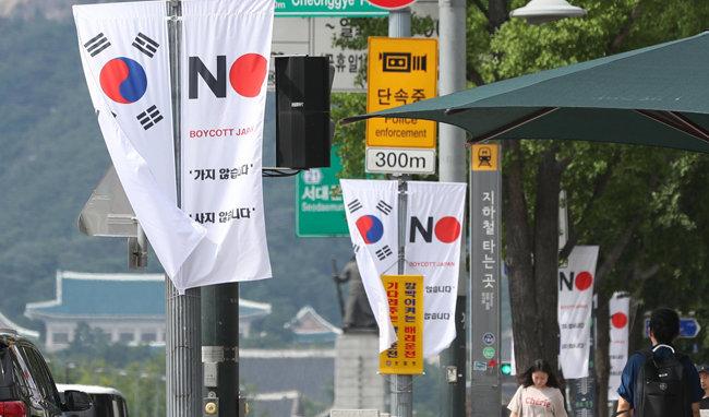 8월 6일 서울 중구 세종대로 일대에 중구가 설치한 '노 저팬(No Japan) 배너(깃발)'가 걸려 있다. 중구는 비난 여론이 거세지자 22개 거리에 이 같은 깃발 1100개를 걸려던 계획을 철회했다. [박영대 동아일보 기자]