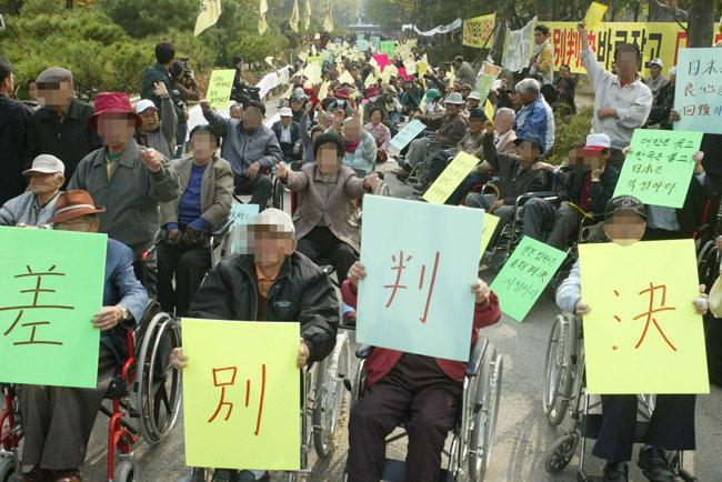 국내 한센인 500여 명이 2005년 10월 27일 서울 종로구 훈정동 종묘공원에서 일본 정부의 보상을 촉구하는 집회를 열었다. 당시 박찬운 교수는 대일본 보상 소송에서 한국변호단 간사를 맡아 일본의 보상을 이끌어냈다. [뉴스1]