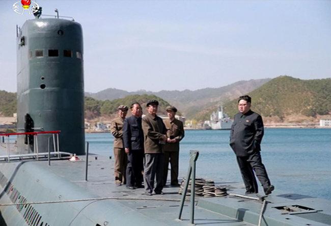 김정은 국무위원장이 2016년 4월 23일 함경남도 신포 동북방 동해에서 실시한 SLBM 발사 현장을 참관하고 있다. [북한 조선중앙TV]
