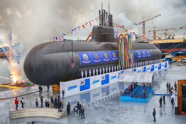 문재인 대통령과 부인 김정숙 여사가 2018년 9월 14일 경남 거제시 대우조선해양 옥포조선소에서 열린 한국 최초 3000톤급 잠수함인 '도산 안창호함' 진수식을 하고 있다. [뉴시스]