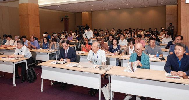 120석 규모의 세미나장에는 200여 명의 참가자가 몰려 주최 측이 간이의자를 긴급 마련했다.