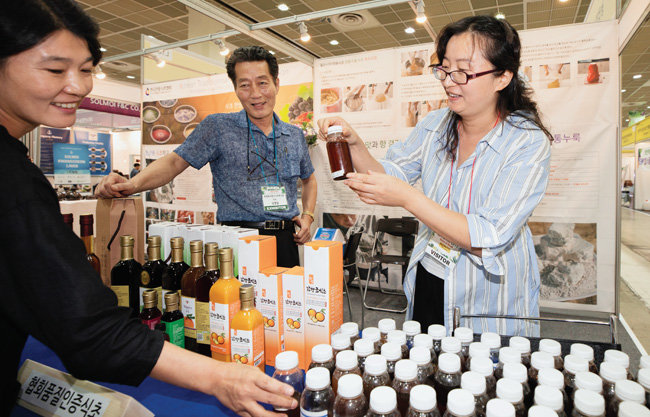 전시장에 마련된 식초협회 부스에는 식초 제조법과 음용 방법을 묻는 사람들의 발길이 이어졌다.