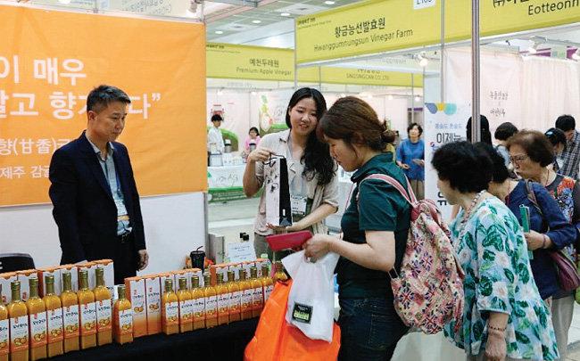 '초산정' 부스에서 한상준 식초협회장 부녀(父女)가 식초를 홍보하고 있다.