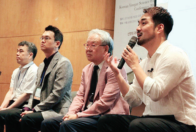 질의응답 중인 콘퍼런스 발표자들.