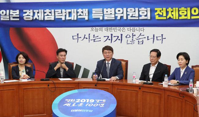 최재성 더불어민주당 일본경제침략대책특위 위원장(가운데)이 8월 5일 서울 여의도 국회에서 열린 이 위원회 전체회의에서 모두발언을 하고 있다.