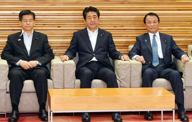 아베 신조 일본 총리(가운데)가 8월 2일 각의(국무회의)에 참석한 모습. [AP=뉴시스]