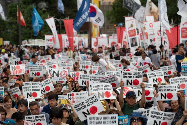 8월 3일 서울 종로구 구 일본대사관 앞에서 아베 신조 일본 총리를 규탄하는 촛불 집회가 열렸다.
