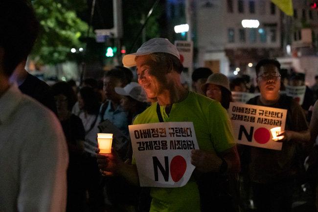 촛불을 들고 행진하는 시민들.