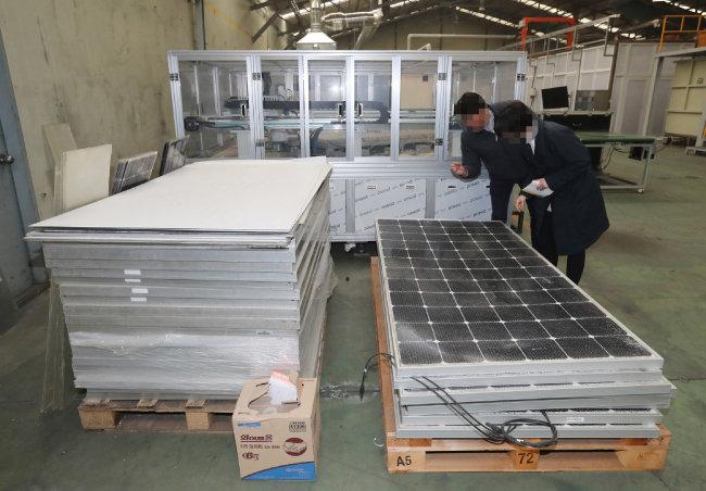 충북 진천군 소재 한 공장에 태양광 폐패널이 쌓여 있다. [김동주 동아일보 기자]