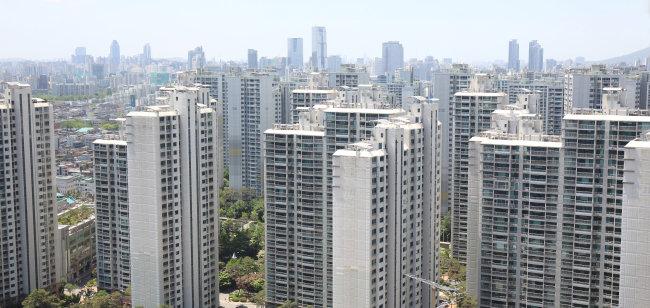 한국 경제의 불확실성이 커지면서 부동산 투자에 대한 관심이 다시 높아지고 있다. [shutterstock]