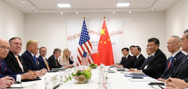 6월 29일 일본 오사카에서 열린 미·중 정상회담. 이 자리에서 도널드 트럼프 미국 대통령(왼쪽 세 번째)과 시진핑 중국 국가주석(오른쪽 세 번째)은 '무역전쟁 휴전'에 합의했지만 양국의 갈등은 여전히 진행 중이라는 평가가 나온다. [AP=뉴시스]