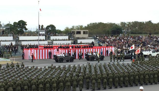 아베 신조 일본 총리는 2018년 10월 14일 일본 사이타마현 육상자위대 아사카 훈련장에서 열린 자위대 사열식에서 자위대의 존재를 헌법에 명시하겠다고 밝혔다. [동아일보]